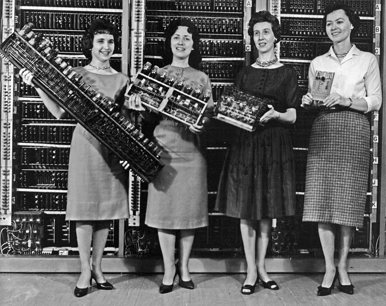 ENIAC_scientists_holding_various_parts_of_the_computer