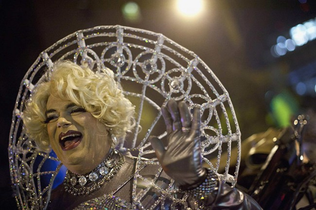 Halo-effect-a-man-in-drag-waves-to-the-crowd-650x433